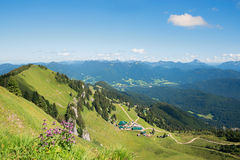Wandelingsgebied brauneck met slepen en alpiene cabines Royalty-vrije Stock Foto