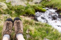 wandelingslaarzen op groen gras Stock Foto