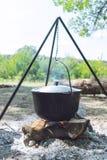 Wandelingspot, Bowlingspeler in het vuur De vissensoep kookt in ketel bij de staak Het reizen, toerisme, picknick het koken royalty-vrije stock foto