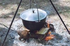 Wandelingspot, Bowlingspeler in het vuur De vissensoep kookt in ketel bij de staak Het reizen, toerisme, picknick het koken stock afbeeldingen