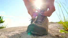 Wandelingsschoenen - kant van de vrouwen het bindende schoen stock video