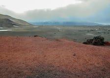 Wandelingssleep aan Viti-kratermeer, rode en zwarte vulkanische rotsgrond in Askja, Hooglanden van IJsland, Europa stock foto
