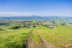 Wandelingssleep die in de vallei dalen; Satellietbeeld van landbouwgebieden en bergen op de achtergrond, Zuid-San Francisco stock foto's