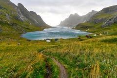 Wandelingssleep die tot een mooie die baai leiden door bergen en een klein dorp dichtbij Bunes-Strand wordt omringd en Vinstad op stock afbeeldingen