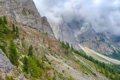 Wandelingssleep op een helling in een extreem bergenterrein stock foto's