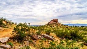 Wandelingsslepen rond rood zandsteenbuttes van Papago-Park dichtbij Phoenix Arizona Stock Foto's