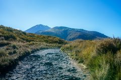 Wandelingstongariro alpiene kruising, vulkaanmt ngauruhoe, nieuwe zealan Stock Foto's