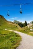 Wandelingsweg en stoeltjeslift Stock Foto