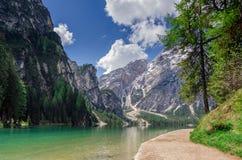 Wandelingsweg langs de parel van het Dolomiet, Pragser wildse Stock Afbeelding
