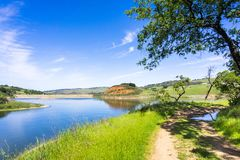 Wandelingsweg na de oever van Calero-reservoir, Rancho San Vicente Open Space Preserve die deel van Calero-Provincie uitmaakt stock foto