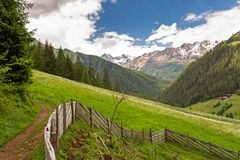 Wandelingsweg in Ulten-Vallei, Zuid-Tirol royalty-vrije stock afbeeldingen