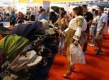 Wandelwagensvervoer voor babys - jonge moeder  Stock Foto