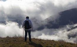 Wanderer über den Wolken lizenzfreies stockfoto