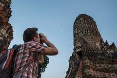 Wanderer ατόμων ταξιδιώτης που κάνει τη φωτογραφία διακινούμενος σε Wat Chaiwatthanaram Στοκ εικόνες με δικαίωμα ελεύθερης χρήσης