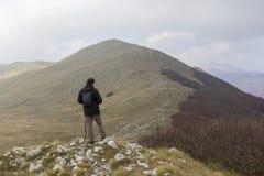 Wanderer auf Berg lizenzfreie stockbilder