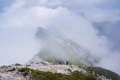 Wanderer auf dem Abstieg von Mt Mangart Stockfotografie