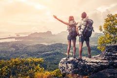 Wanderer auf dem Berg stockbild