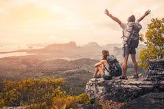 Wanderer auf dem Berg lizenzfreie stockbilder