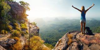 Wanderer auf dem Felsen Stockfoto