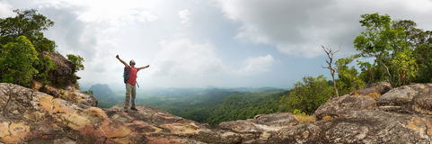 Wanderer auf dem Felsen lizenzfreies stockbild