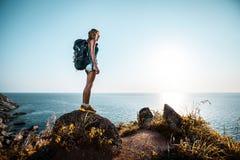 Wanderer auf dem Felsen Stockbild