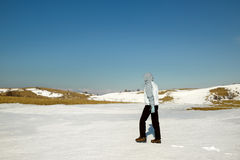 Wanderer auf dem Winterschneefeld Stockfoto