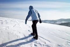 Wanderer auf dem Winterschneefeld Stockbild