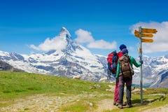 Wanderer auf der Spur in den Alpen Stockfotografie