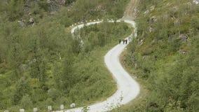 Wanderer auf der Straße in den Bergen norwegen stock video footage
