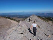 Wanderer auf der Timberline-Spur auf Berg-Haube, Oregon lizenzfreies stockfoto