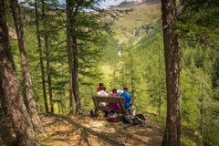 Wanderer auf der Wiese im Berg Rabbinertal, Trentino Alto Adige, Italien Stockfoto