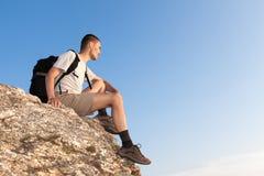 Wanderer auf einem Felsen, der den Abstand untersucht Stockbilder