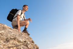 Wanderer auf einem Felsen, der den Abstand untersucht Lizenzfreie Stockfotos