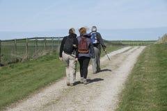 Wanderer auf einem Weg in der Landschaft Lizenzfreie Stockbilder