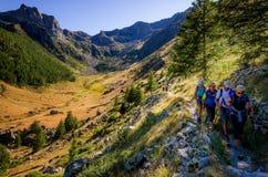 Wanderer auf einem Weg in Nationalpark Frankreich Mercantour stockfotos