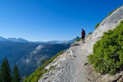 Wanderer auf einer Klippe Lizenzfreie Stockbilder