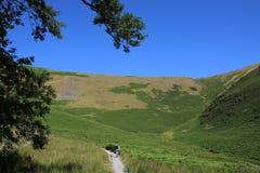 Wanderer auf Gebirgsfußweg am heißen, sonnigen Tag stockfoto
