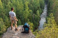 Wanderer auf großem Felsen Lizenzfreies Stockfoto