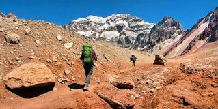 Wanderer auf ihrer Weise zu Aconcagua, wie im Hintergrund, Argentinien, Südamerika gesehen Lizenzfreie Stockbilder