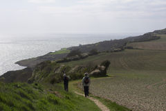 Wanderer auf Küstenpfad Stockbilder