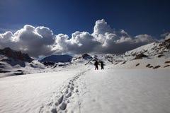 Wanderer auf Schneehochebene Stockfoto
