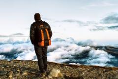 Wanderer auf Spitze Stockfoto