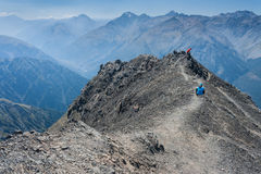 Wanderer auf Spitze in den südlichen Alpen Stockbild