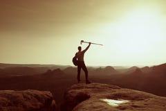 Wanderer auf Spitze Mann in seinem Ziel mit Pfosten in der Hand in einer Luft Stockbilder