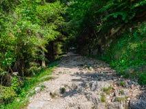 Wanderer auf Straße von 52 Tunnels auf dem Pasubio-Gebirgsmassiv stockbilder