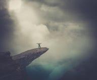 Wanderer auf Trolltunga Lizenzfreies Stockbild