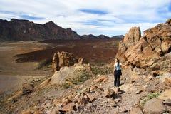 Wanderer auf Vulkan Stockfotos