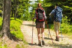 Wanderer auf Weg mit Wanderstöcken Stockfoto