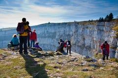 Wanderer bei Creux Du Van, Neuchatel die Schweiz stockfotos