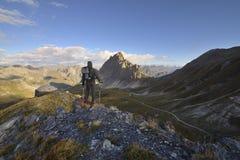 Wanderer beobachtet die Alpen Lizenzfreies Stockfoto